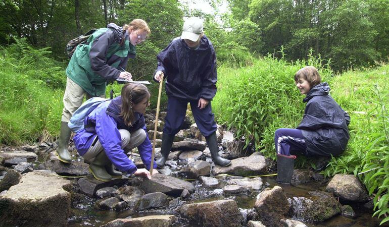Children measuring the river