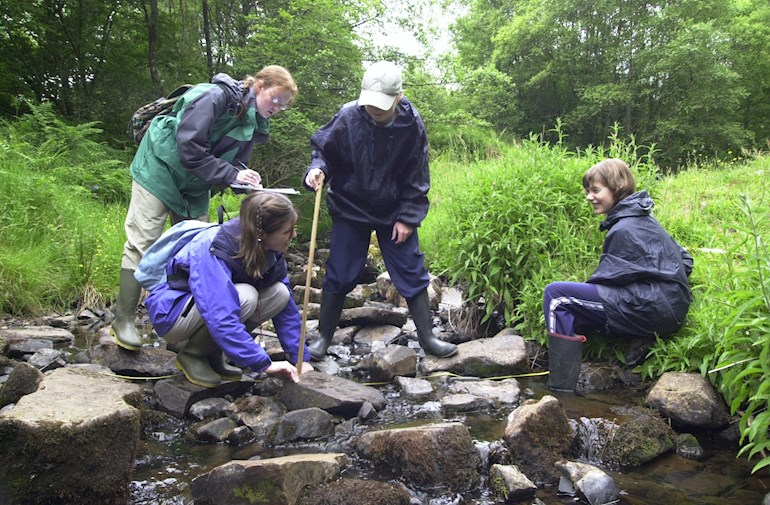 Children measuring the river