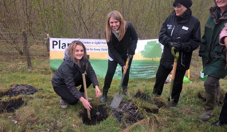 Hannah blythyn and Natalie Vaughan planting a tree