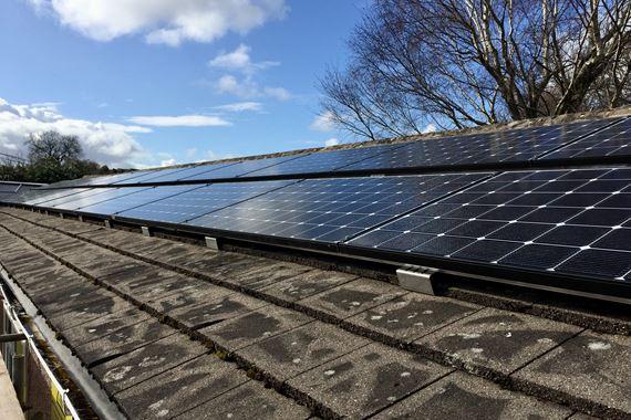 Paneli solar ar to y swyddfa